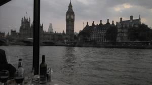 Vista maravilhosa do anoitecer, para lá de 9 da noite. (Londres/ Julho 2013)