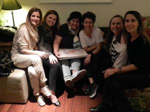 Meninas fantásticas conferindo o álbum de 1 ano da Nina feito pela Carlinha.