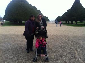 Vovó Bete, mamãe e eu nos Jardins de Hampton Court