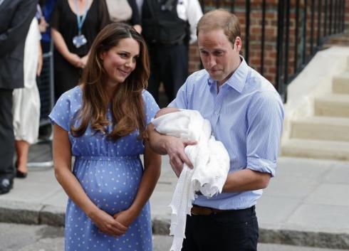 Duquesa e Duque de Cambridge com o recém nascido Princípe George