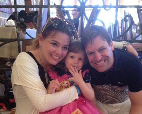 Nós 3 felizes depois dos parabéns nos 3 aninhos da princesa e de um cafézinho delicioso para fechar a tarde linda no Castelo das Princesas. (Disney Paris/ Junho 2015)
